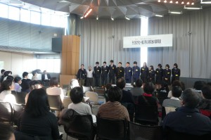 子どもたちと一緒に考える被災地の復興支援シンポジウムで発表する、岩手県山田町の中高生たち。2016年1月10日、東洋大学白山キャンパスで