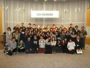 シンポジウムに集った子どもたちと支援する大学生、NPOや市民団体などのメンバー