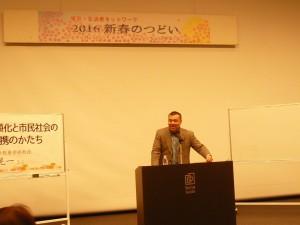 東京・生活者ネットワーク2016新春のつどい第一部。「日本政治の右傾化と市民社会の新たな連帯のかたち」の演題で講演する中野晃一さん(上智大学国際教養学部教授)。2016年2月2日、西新宿で
