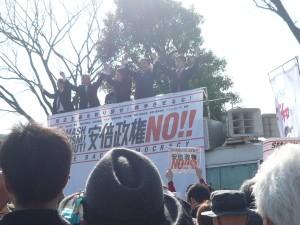 2月14日に開催された、「民主主義を取り戻せ!戦争させるな!安倍政権NO!」集会、デモでは、野党5党を代表する国会議員が連帯のあいさつに立ち、デモの先頭を歩いた。この日の参加者は1万人。代々木公園で