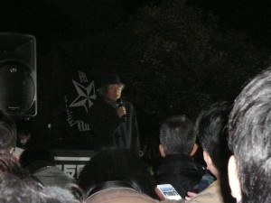 国会正門前でスピーチする、ジャーナリストの鎌田慧さん