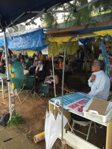 辺野古の座り込みテントでは、毎日おおぜいの人が座り込みを継続している