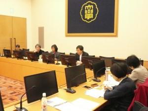 4月2日、「日本とインドネシアにおける子どもにやさしいまちづくりの進展に向けて」をテーマに開催された研究と意見交換会で講演するインドネシア・レニーロザリン副大臣(会場:東洋大学白山キャンパス特別会議室)