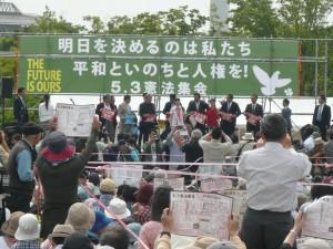 民進党、共産党、社民党、生活の党の代表も駆けつけ、連帯のあいさつ。さまざまな市民活動からのリレートークが続いた