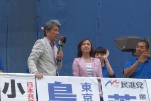 おおぜいの市民に語りかける鳥越俊太郎都知事候補。右は、この日司会をつとめた、東京・生活者ネットワーク都議会議員(国立・国分寺)の山内れい子。7月23日