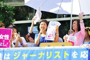 鳥越俊太郎都知事候補応援のアピールをする、東京・生活者ネット都議会議員の西崎光子と山内れい子。7月29日