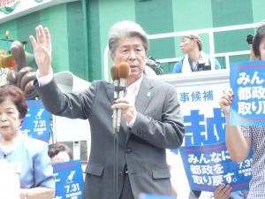 東京都知事選挙告示日、新宿駅東南口で、第一声をあげる候補者の鳥越俊太郎さん。7月14日