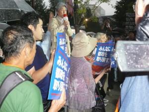 「戦争法廃止、憲法改悪は許さない、7・19国会議員会館前集会」で、東京から憲法を守り、脱原発を実現していくと決意を述べる鳥越俊太郎さん。この日の集会には、夕立に市民4500人が参加した。7月19日、国会前
