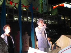 応援にかけつけた歌手の加藤登紀子さんに促されて、都知事候補の鳥越俊太郎さんがアカペラで歌をうたう一幕も。7月29日、渋谷ハチ公前の街頭演説会