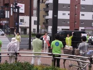 豊島区の要町での遊説。豊島ネット区議の村上のり子、前区議で東京ネット代表委員の水谷泉が応援。6月30日