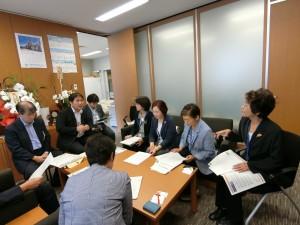 羽田空港増便・飛行ルート変更計画の撤回を求める要望書を提出するにあたって、国交省担当者と意見交換をする、東京・生活者ネットメンバー。9月21日