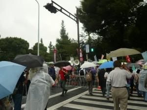 雨が降りしきる悪天候の中、続々と市民が集まってきた。この日の国会前行動の参加者は2万3000人。9月19日