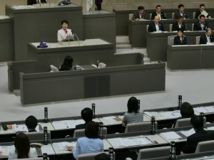 東京都議会第3回定例会の本会議で、一般質問に立つ、東京・生活者ネットワーク都議[杉並区]の小松久子。2016年10月5日