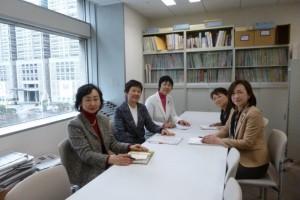 都議会生活者ネットワーク控え室で協議する、左から、政策委員の岡本京子、都議の西崎光子、政策委員のきくちやすえ、都議の小松久子、都議の山内れい子