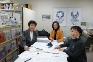 豊洲百条委員会(豊洲市場移転問題に関する調査特別委員会)での質疑などについて打ち合わせる、都議会生活者ネットワークの都議。左から、西崎光子、山内れい子、小松久子