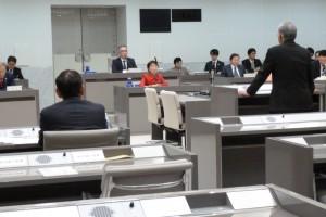 豊洲百条委員会(豊洲市場移転問題に関する調査特別委員会)で、証人への質疑に臨む東京・生活者ネットワーク都議会議員[杉並区]の小松久子。3月18日