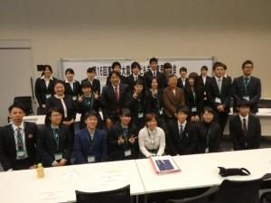 この日意見発表した、高校生、大学生たち。国会議員、東日本大震災子ども支援ネットワーク事務局長森田明美さん(東洋大学教授)、ボランティアで支援活動する東洋大学生らと