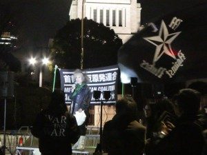 首都圏反原発連合主催の「0311反原発!国会前大集会+首相官邸前抗議~福島・祈りを超えて~」。おおぜいのゲストがスピーチに立った。いわき放射能市民測定室たらちねの鈴木薫さん、フォーラム4提唱者の古賀茂明さん、市民連合、学者の会呼びかけ人で学習院大学教授の佐藤学さん、精神科医の香山リカさん、ピースボート共同代表の野平晋作さん、立教大学教授の西山修さん、作家の落合恵子さん、ほか。民進党の菅直人さん、阿部知子さん、社民党の福島瑞穂さん、共産党の志位和夫さんら、自由党の野沢哲夫さんなど、野党4党の国会議員らも参加し、野党共闘で脱原発をめざそうとアピール。この日の参加者は8000人だった。3月11日、国会正門前